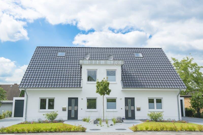 Nieuw Halfvrijstaand huis royalty-vrije stock afbeeldingen