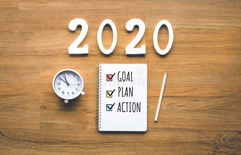 nieuw het jaardoel van 2020, plan, actietekst op blocnote op houten achtergrond Bedrijfs uitdaging Inspiratieidee?n stock foto