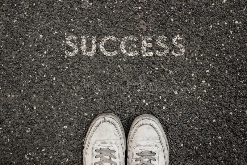 Nieuw het Levensconcept, Motievenslogan met Word SUCCES op grond van asfalt royalty-vrije stock afbeelding