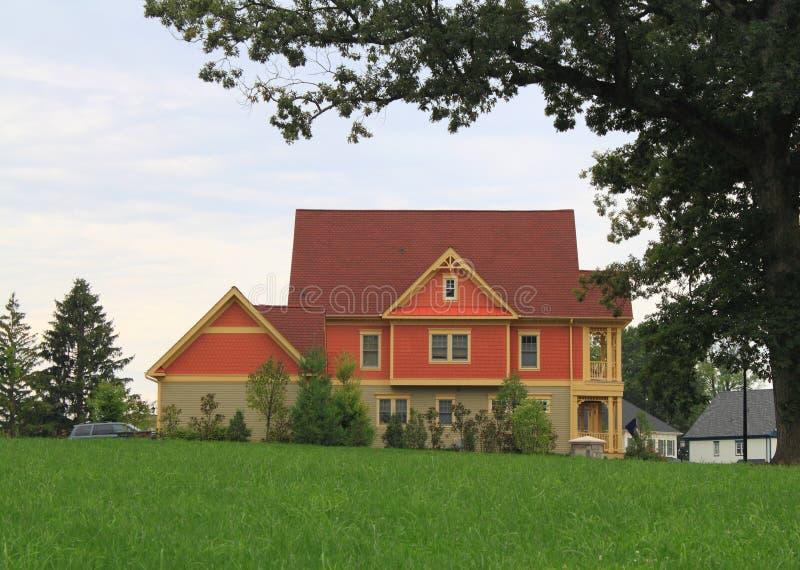 Nieuw Huis door Oude Boom stock fotografie