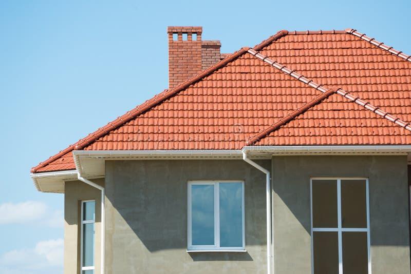 Nieuw huis en dak stock fotografie