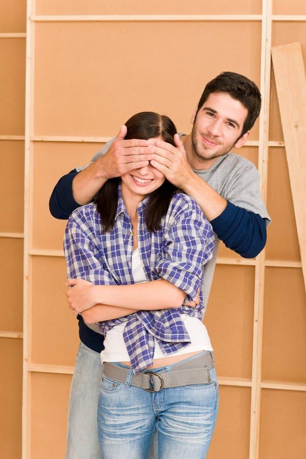 Nieuw huis jonge gelukkige paar gesloten ogen stock foto