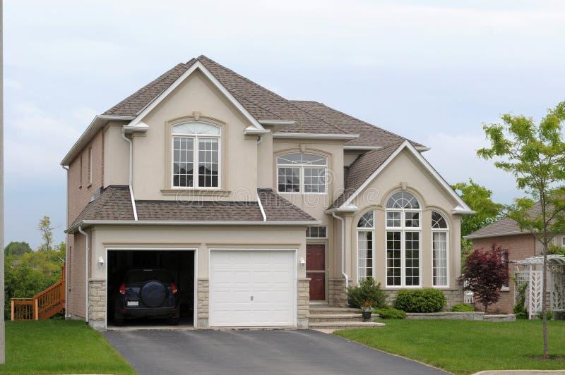 Nieuw huis met een dubbele garage royalty-vrije stock afbeeldingen