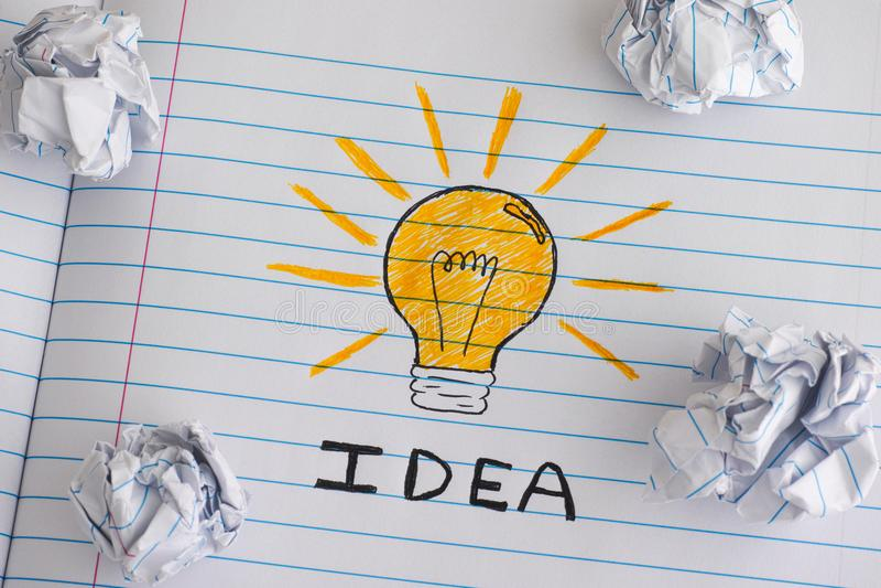 Nieuw ideeconcept Tekening van een gloeilamp met woordidee op nota stock afbeeldingen