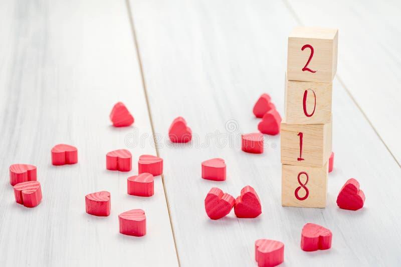 Nieuw jaar 2018 aantal op houten stapelkubus met groep mini rood h royalty-vrije stock foto's