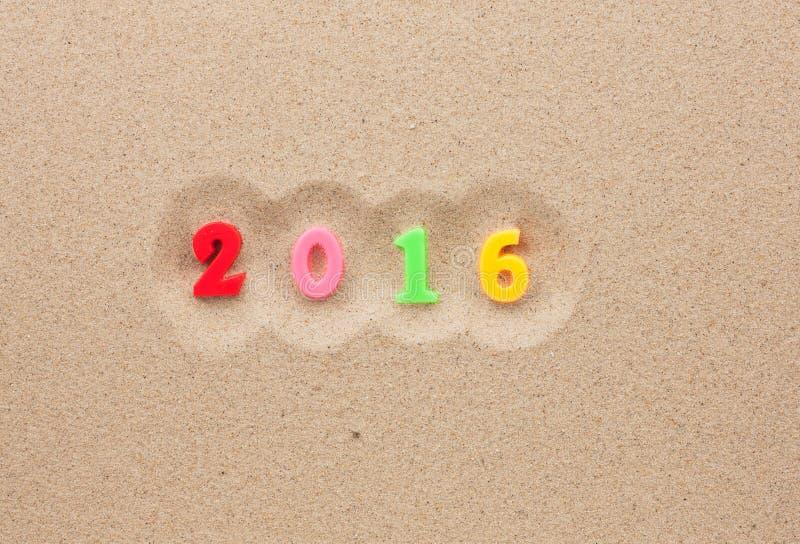Nieuw jaar 2016 geschreven in het zand stock afbeelding