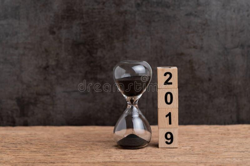 Nieuw jaar 2019 keer aftelprocedure of bedrijfsdoelstellingen concept, hourglas stock afbeeldingen