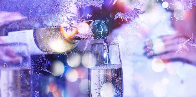 Nieuw jaar, Kerstmis viering De dag van de valentijnskaart `s Sommelier of de kelner gieten witte wijn in een glas stock foto's
