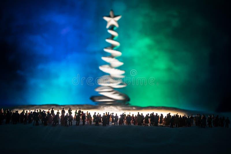 Nieuw jaar of Kerstmisvakantie het winkelen concept Opslagbevorderingen Silhouet van een grote menigte van mensen die bij het gro stock afbeeldingen