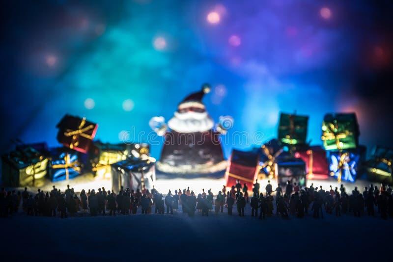 Nieuw jaar of Kerstmisvakantie het winkelen concept Opslagbevorderingen Silhouet van een grote menigte van mensen die bij het gro royalty-vrije stock fotografie