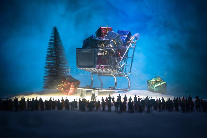 Nieuw jaar of Kerstmisvakantie het winkelen concept Opslagbevorderingen Silhouet van een grote menigte van mensen die bij het gro royalty-vrije stock afbeeldingen