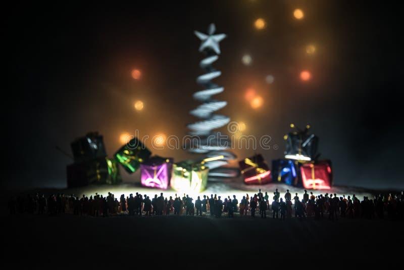 Nieuw jaar of Kerstmisvakantie het winkelen concept Opslagbevorderingen Silhouet van een grote menigte van mensen die bij het gro stock fotografie
