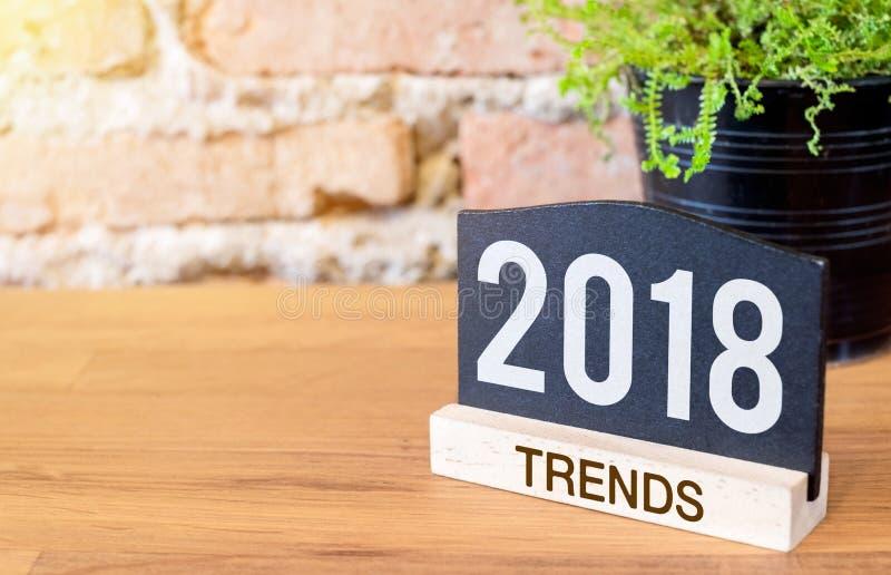Nieuw jaar 2018 tendensen op bordteken en groene installatie op hout royalty-vrije stock afbeelding
