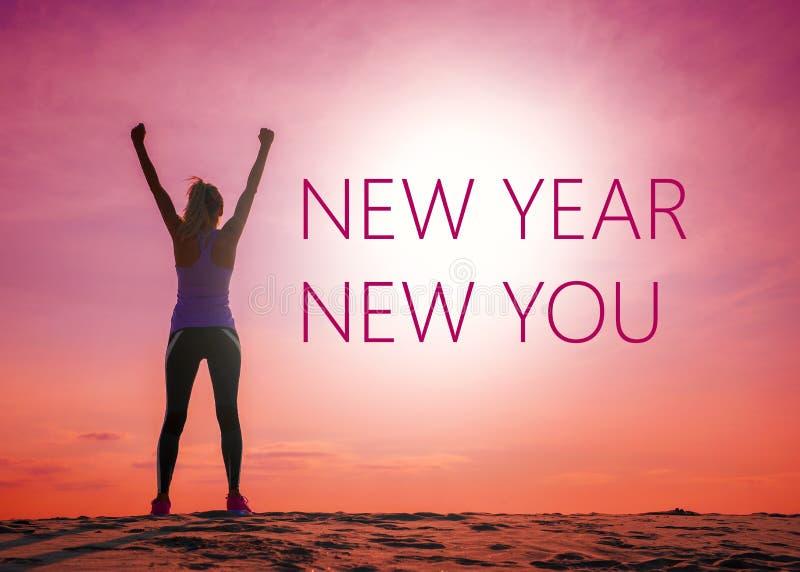 Nieuw jaar nieuw u tekstcitaat op het beeld van het silhouet van de vrouw bij zonsopgang stock afbeelding