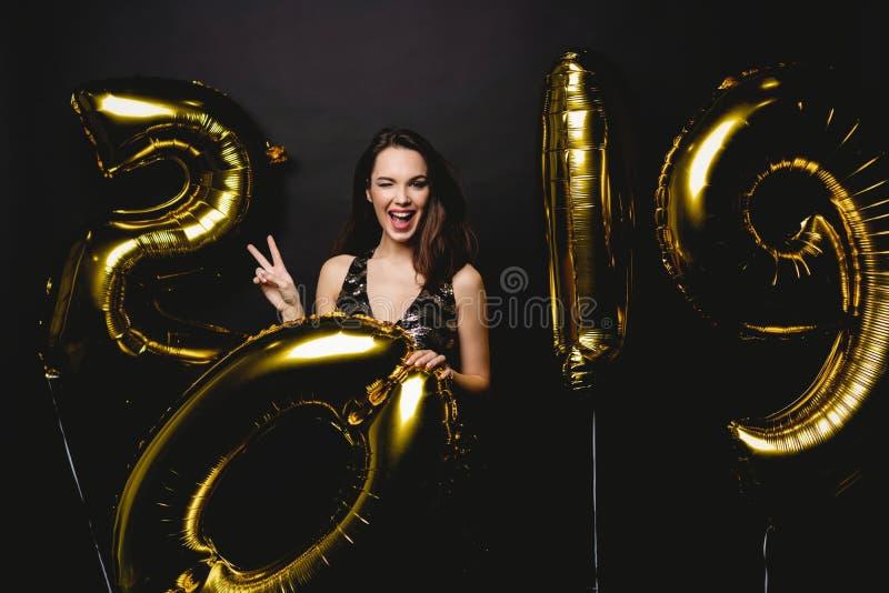 Nieuw jaar Vrouw die met Ballons bij Partij vieren Portret van Mooi Glimlachend Meisje die in Glanzende Kleding Confettien werpen stock afbeeldingen