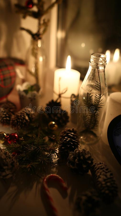 Nieuw-jaardetails: Kerstboom, kegel, karamel, kaars stock foto's