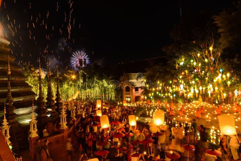 Nieuw jaarfestival, Thaise mensen die lamp in Phan Tao Temple, Thailand drijven royalty-vrije stock afbeeldingen
