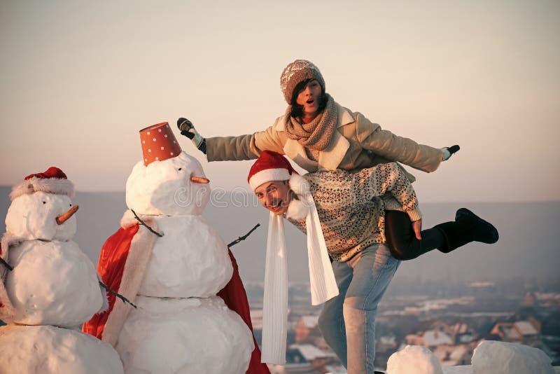 Nieuw jaarvriend en meisje openlucht royalty-vrije stock afbeelding