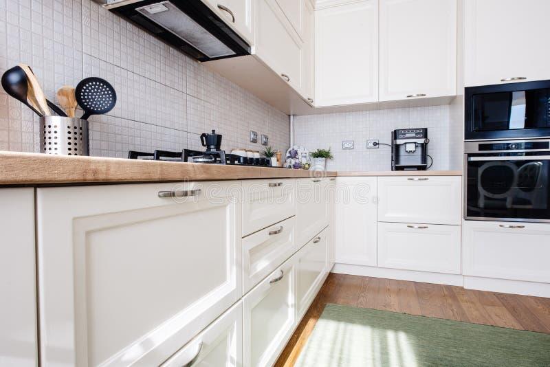 Nieuw keuken binnenlands, modern ontwerp en meubilair royalty-vrije stock afbeelding