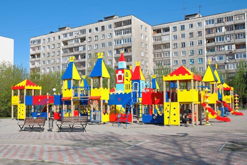 Nieuw kinderen` s spel complex in stadsarchitectuur stock foto's