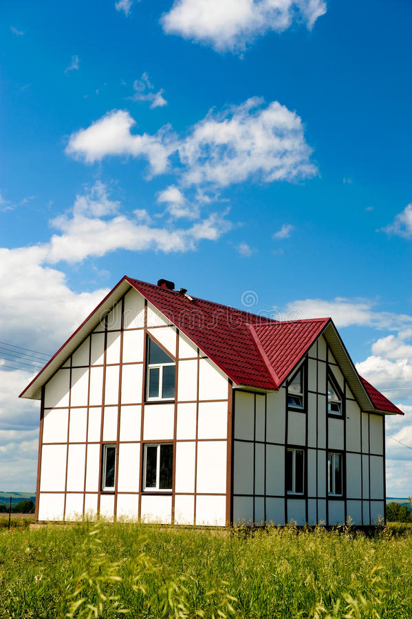 Nieuw landhuis voor verkoop stock afbeeldingen