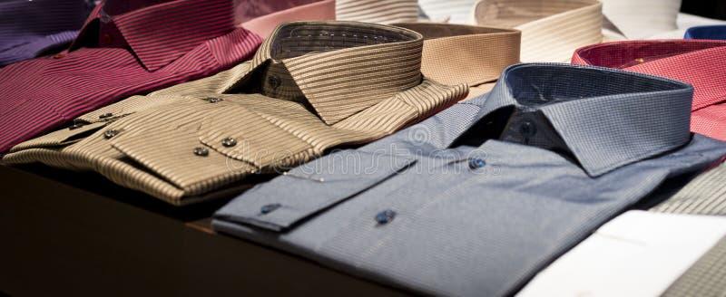 Nieuw, men& x27; s overhemden op planken royalty-vrije stock foto