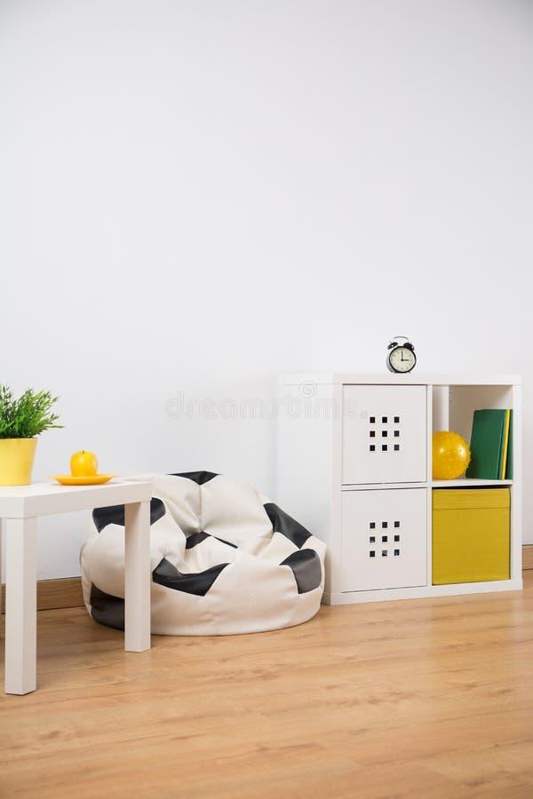 Nieuw meubilair in kindruimte stock foto's