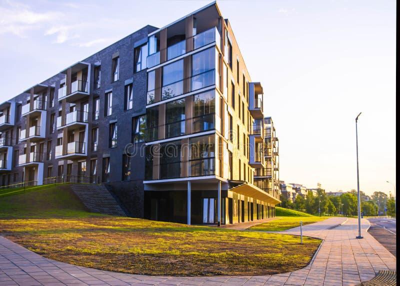 Nieuw modern flatgebouw in Vilnius, Litouwen, de moderne lage stijgings Europese bouw complex met openluchtfaciliteiten stock foto's