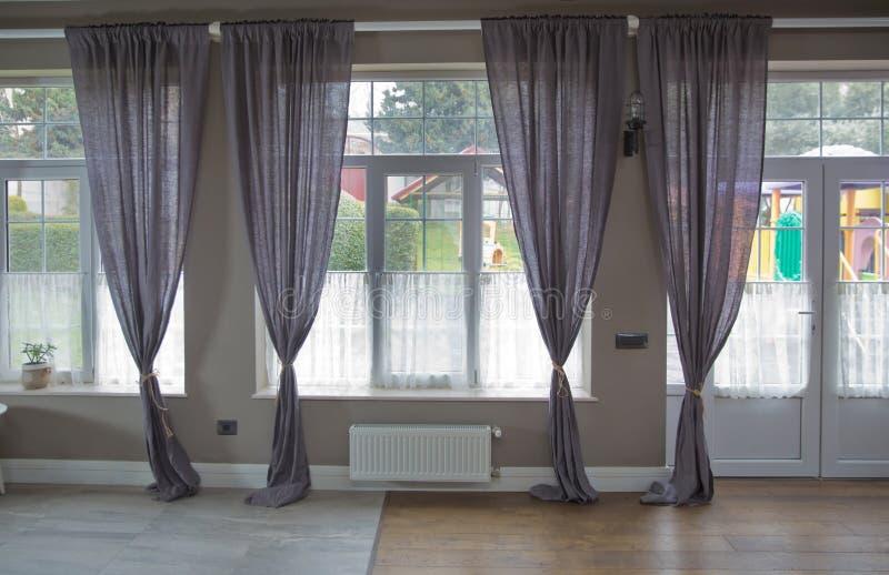 Nieuw modern venster met gordijnen in ruimte Leeg gordijnbinnenland in slaapkamer met zonlicht Purper gordijn Gordijnbinnenland royalty-vrije stock foto's