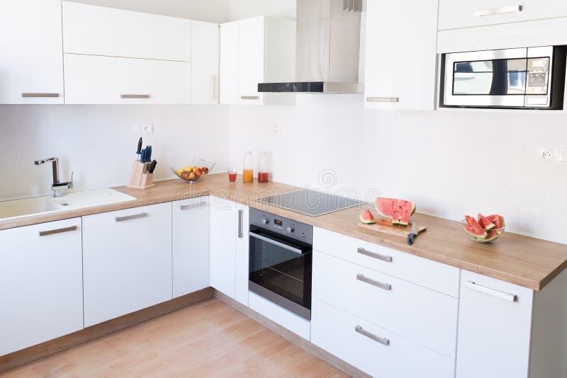 Nieuw modern wit keukenbinnenland stock foto's