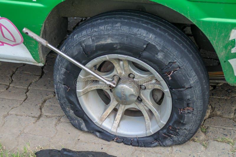 NIEUW NICKERIE, SURINAME - 9 DE AGOSTO DE 2015: Neumático desinflado de una furgoneta en un ro costero surinamés fotografía de archivo libre de regalías