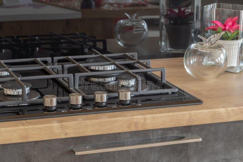 Nieuw ontwerp van ingebouwd oven en kooktoestel in de keuken stock fotografie