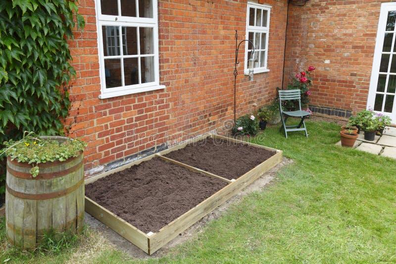 Nieuw opgeheven bed in tuin royalty-vrije stock foto's