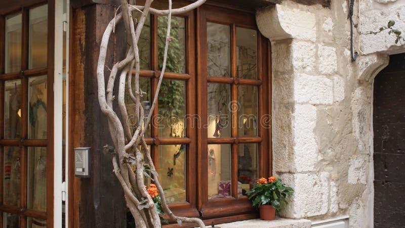 Nieuw, oud en wijnstokken op klassiek Siciliaans huisvenster door Peter J Restivo royalty-vrije stock foto's