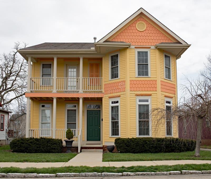 Nieuw Ouderwets Oranje & Geel Huis stock foto's