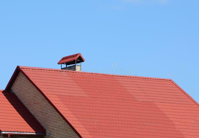 Nieuw rood betegeld dak met van het het huisdakwerk van de metaalschoorsteen de bouwbuitenkant Dakwerkbouw stock foto's