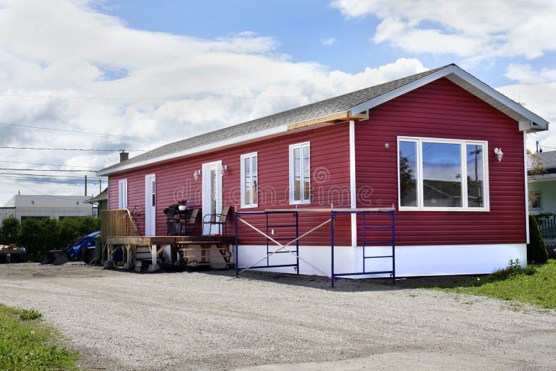Nieuw rood sta-caravan stock foto