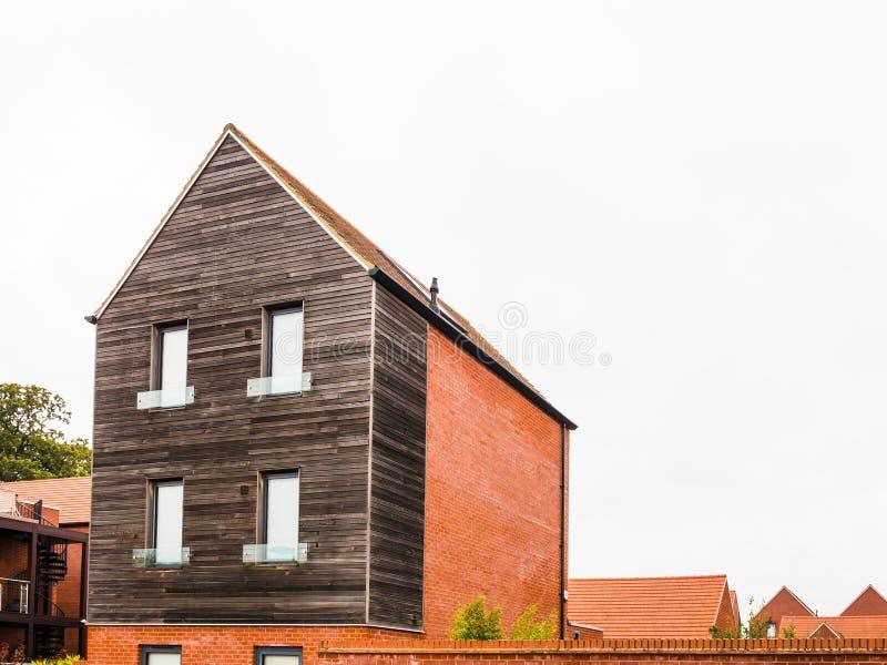 Nieuw uniek ontwerp modern losgemaakt huis in Engeland stock foto's