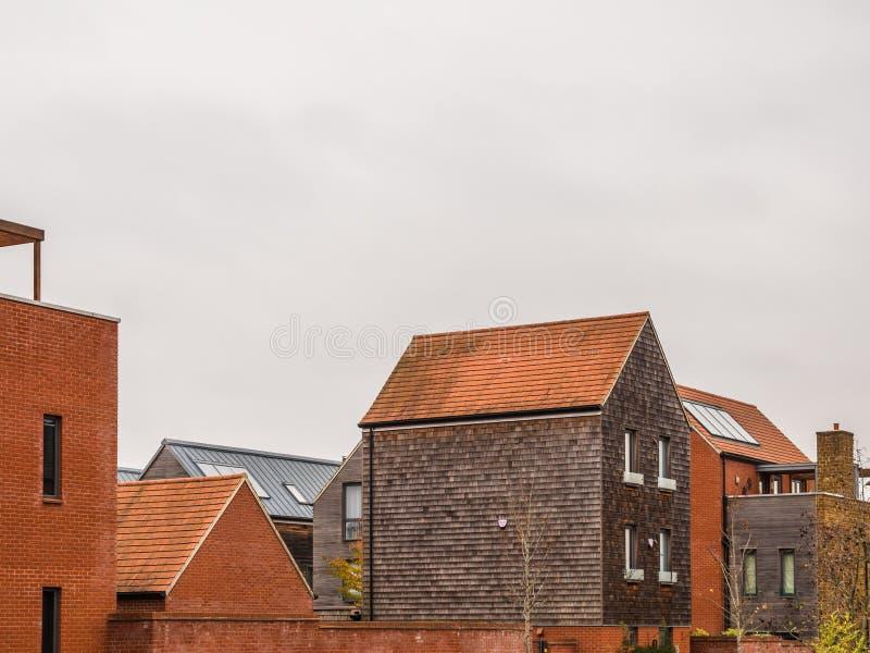 Nieuw uniek ontwerp modern losgemaakt huis in Engeland stock fotografie