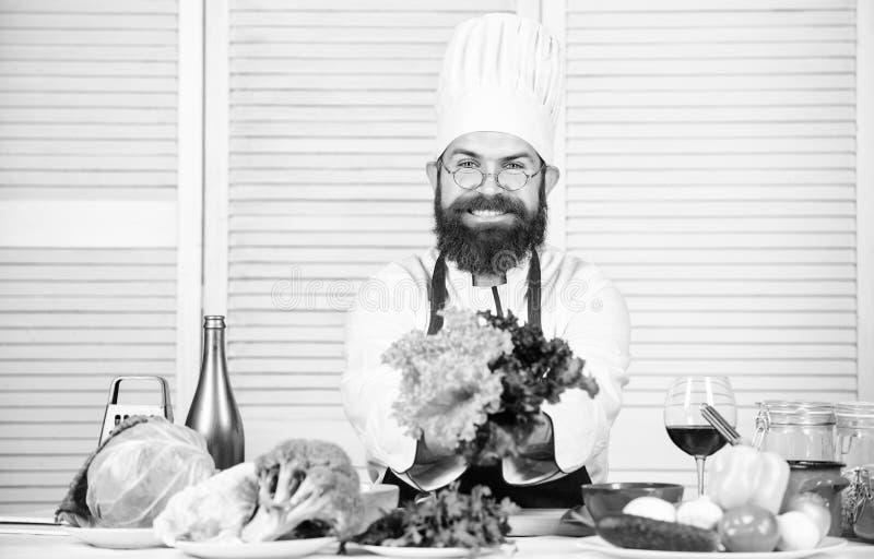 Nieuw voedsel vegetari?r Rijpe chef-kok met baard Het gezonde voedsel koken Het op dieet zijn en natuurvoeding, vitamine Gebaarde royalty-vrije stock fotografie
