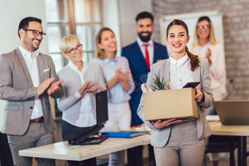 Nieuw vrouwelijk lid van team, nieuwkomer, die aan vrouwelijke werknemer toejuichen, die beambte met bevordering gelukwensen stock foto