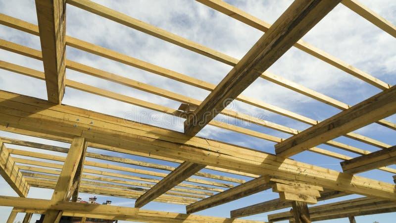 Nieuw woonbouwhuis frame tegen een blauwe hemel royalty-vrije stock foto