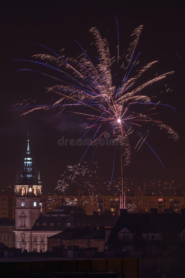 Nieuw Year's-Vooravondvuurwerk in bielsko-Biala, Polen stock afbeelding