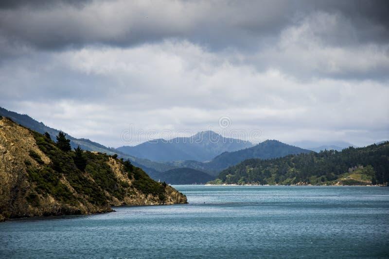 Nieuw Zeeland die tussen het noorden en zuideneiland kruisen stock afbeeldingen