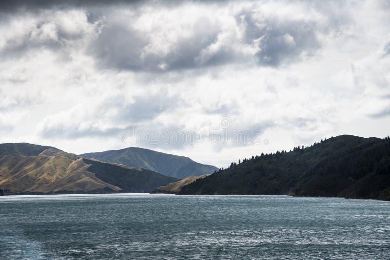 Nieuw Zeeland die tussen het noorden en zuideneiland kruisen royalty-vrije stock fotografie