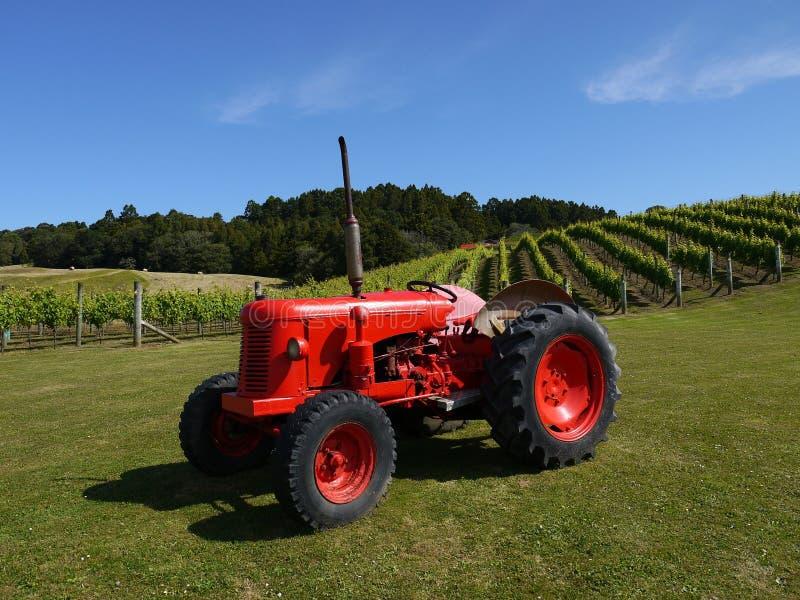Nieuw Zeeland: wijngaard met rode tractor h royalty-vrije stock afbeeldingen