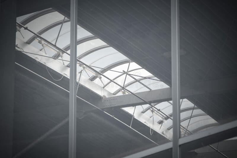 Nieuw zwart dak met zonnebesparingspanelen en dakramen stock foto's