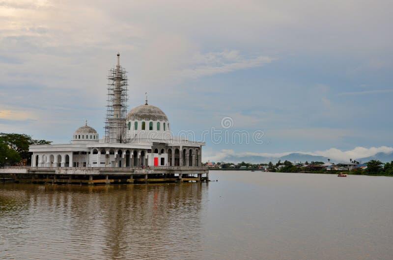 Nieuwe in aanbouw Islamitische drijvende moskee met twee koepels te Sarawak-rivierwaterkant Kuching Maleisië stock fotografie