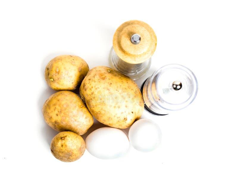 Nieuwe aardappels, eieren en zout en peperschudbekers royalty-vrije stock foto