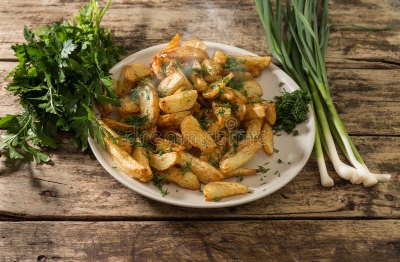 Nieuwe aardappels met verse knoflook en dille stock foto